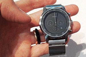 In foto dal vivo Sony Wena l'orologio tradizionale dal bracciale smart