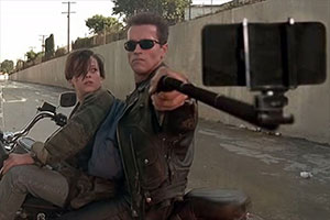 Guns replaced with Selfie Sticks: bastoni da selfie nelle scene più famose dei film